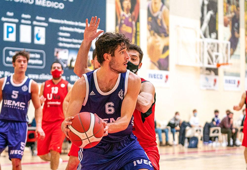Nacho García, del Club Baloncesto Valladolid, defiendo el balón ante un jugador rival.