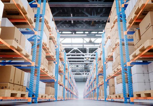 Estantes con cajas en un almacén de logística