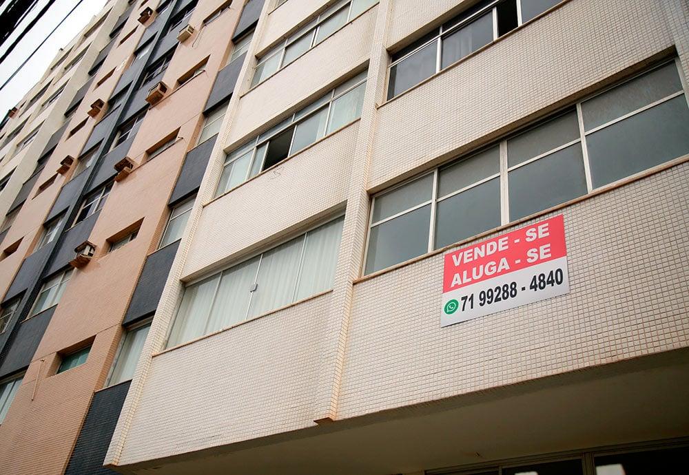 Cartel en una fachada de un edificio de Brasil con un anuncio de alquiler o venta.