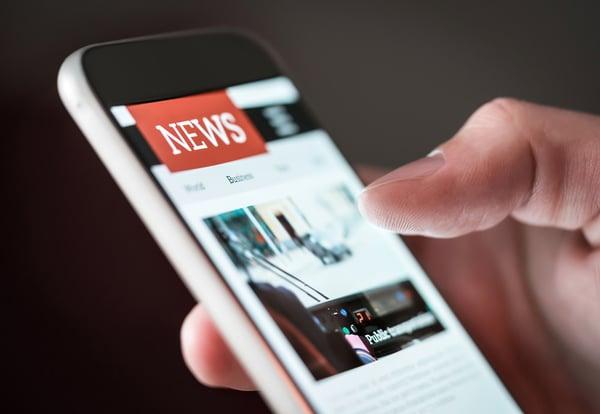 Un dedo manipula una aplicación móvil de un portal de noticias