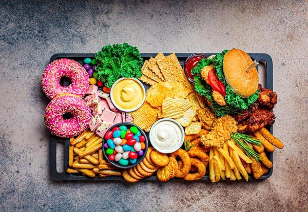 Bandeja repleta de alimentos ricos en hidratos de carbono simples