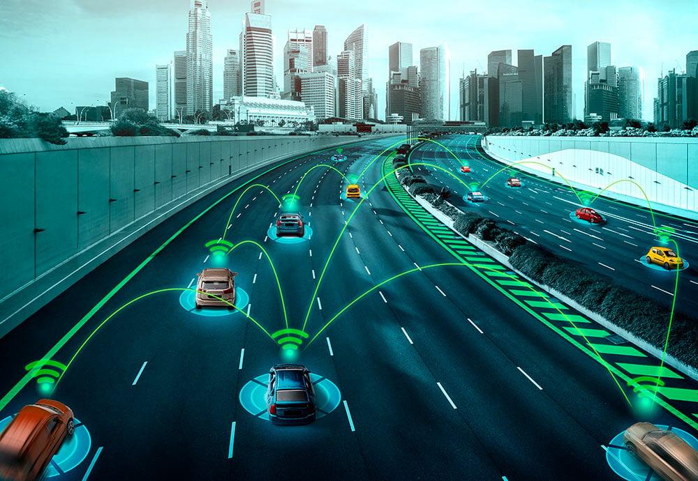 Recreación de una carretera de acceso a una ciudad llena de coches autónomos circulando