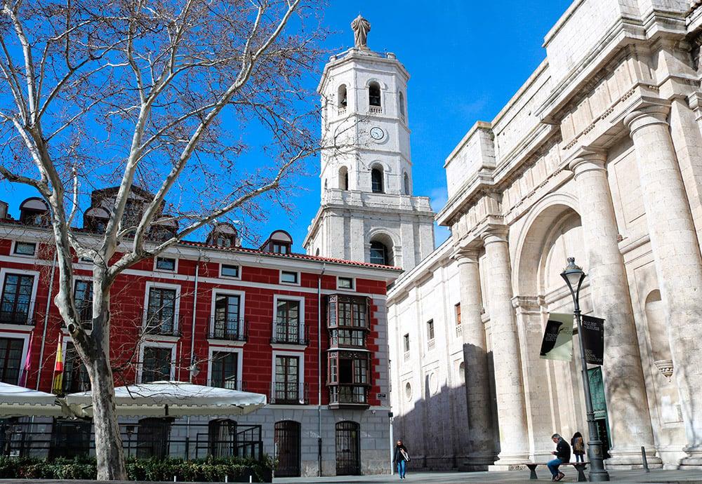 Lateral de la catedral de Valladolid vista desde la Plaza de la Universidad