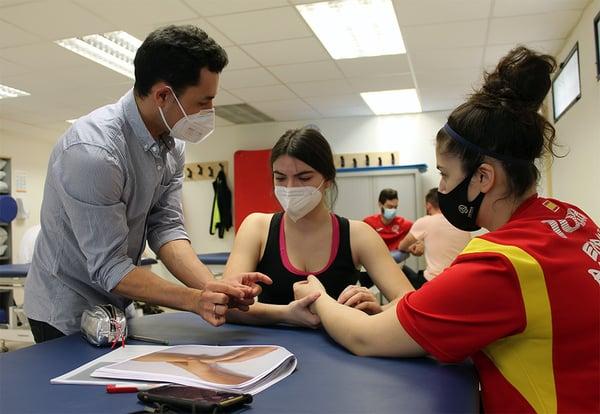 Una de las clases prácticas del grado en Fisioterapia de la UEMC