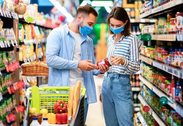 Dos jóvenes realizan una compra saludable en un supermercado