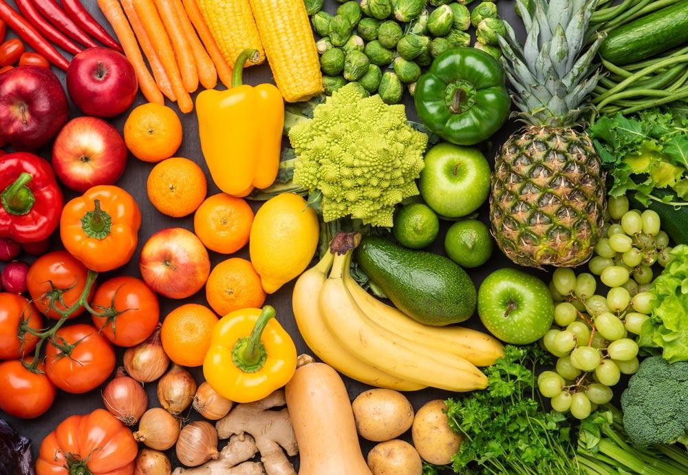 Frutas y verdura ordenada y agrupada por colores del rojo al verde