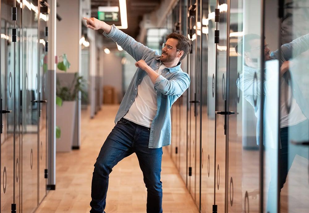 hombre-bailando-oficina