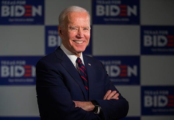 Joe Biden delante del photocall de campaña