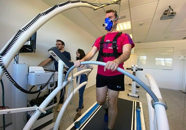 Un deportista realiza una prueba de esfuerza en el Laboratorio de Laboratorio de Fisiología del Ejercicio bajo la atenta mirada de dos investigadores de la UEMC