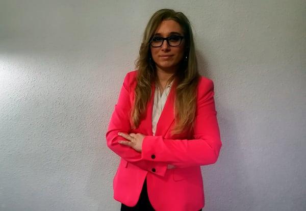Mª Cruz Rey de las Moras, profesora del grado en Nutrición de la UEMC, delante de una pared blanca