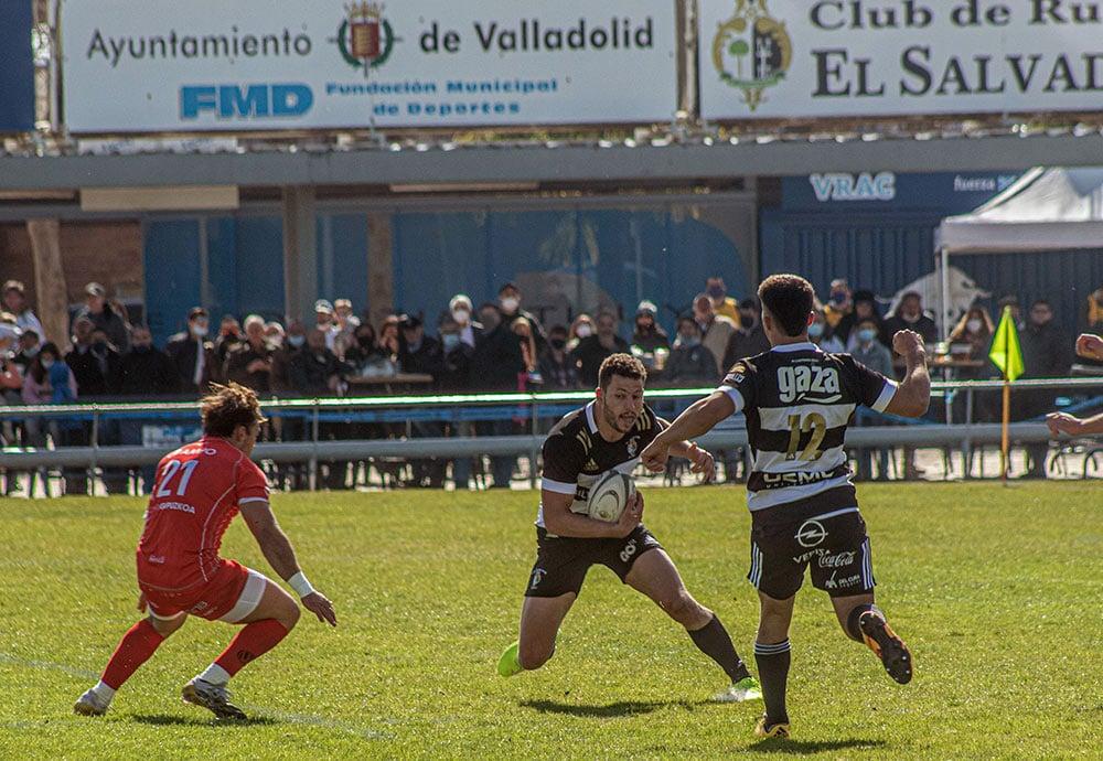 Miguel Lainz intentando hacer una cinta a un jugador rival durante un partido en el Pepe Rojo.