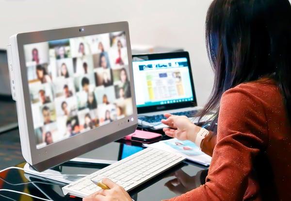 Una joven mantiene una videoconferencia por motivos laborales