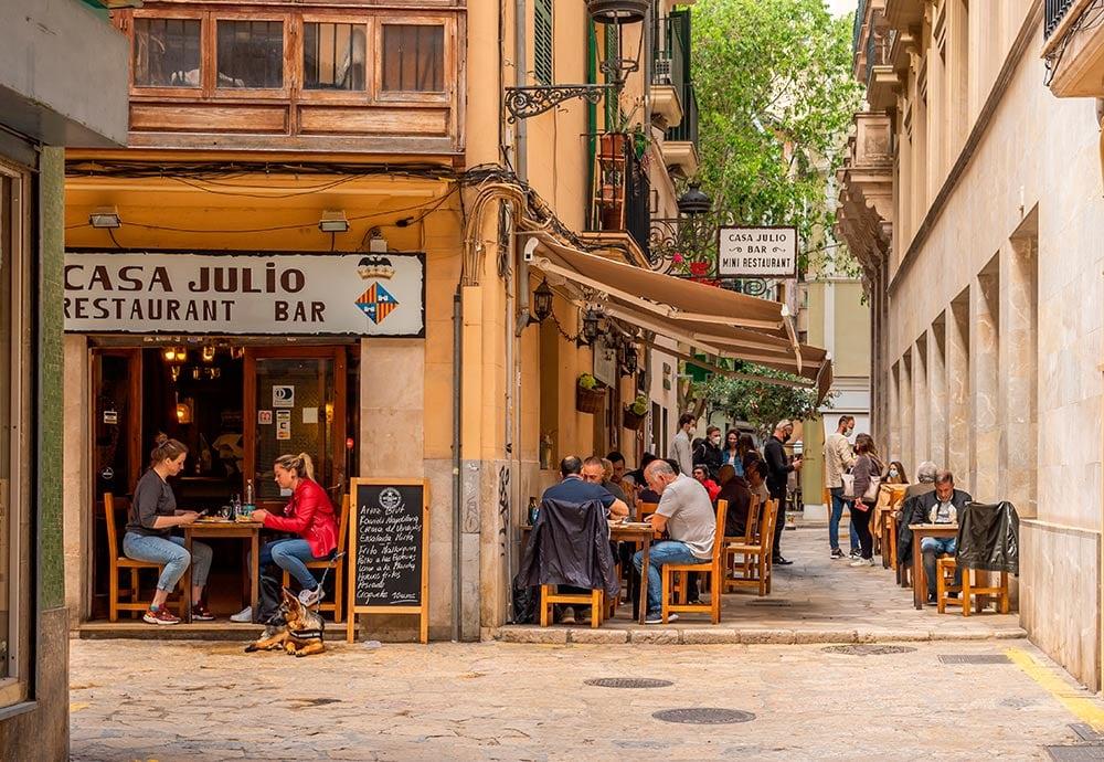 Una terraza con comensales en una calle del centro de la ciudad de Palma de Mallorca.