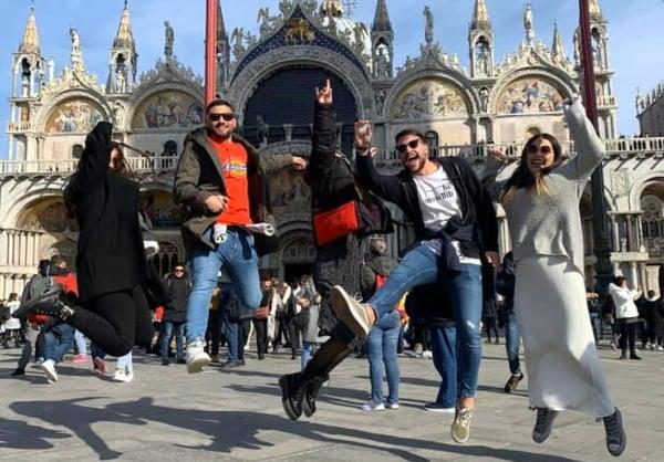 La estudiante del grado en Fisioterapia, Paula Rojo, saltando con un grupo de amigos en la Plaza de San Marcos en Venecia (Italia).