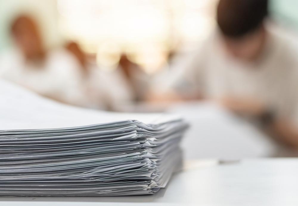 Una pila de exámenes durante la realización de las pruebas de Selectividad