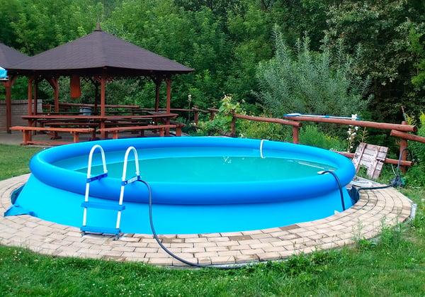 piscina-hinchable-en-jardin