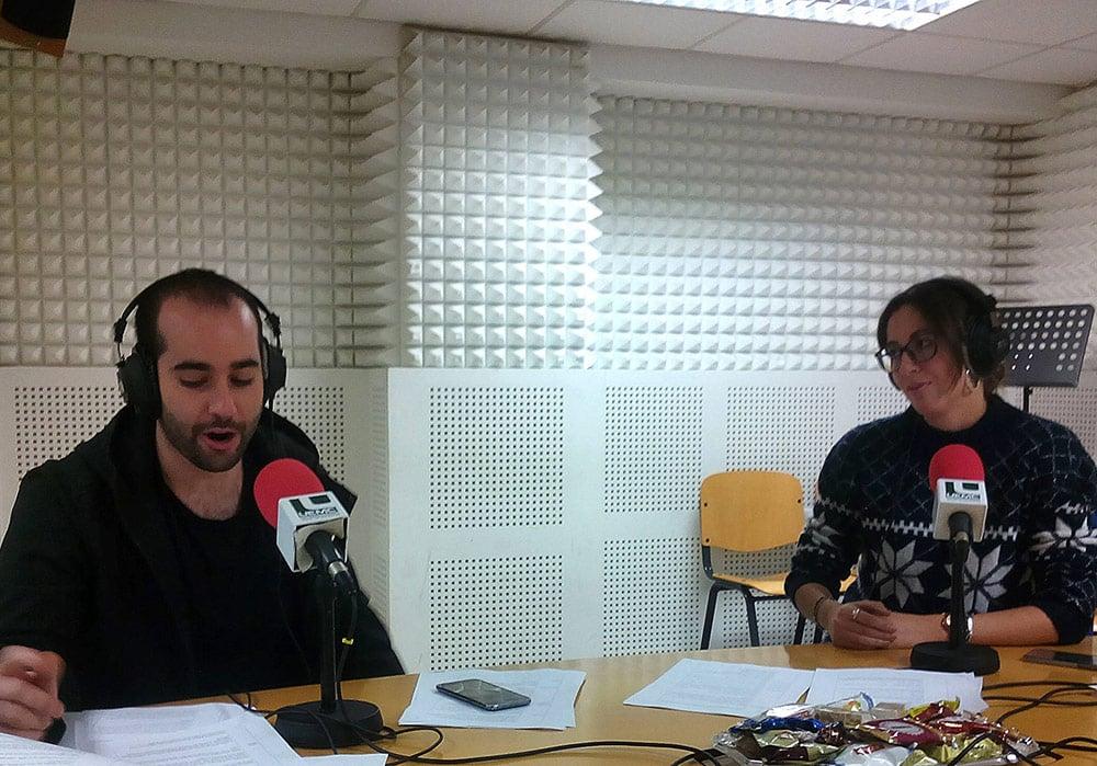 Alumnos del grado en Periodismo en el estudio de radio de la UEMC