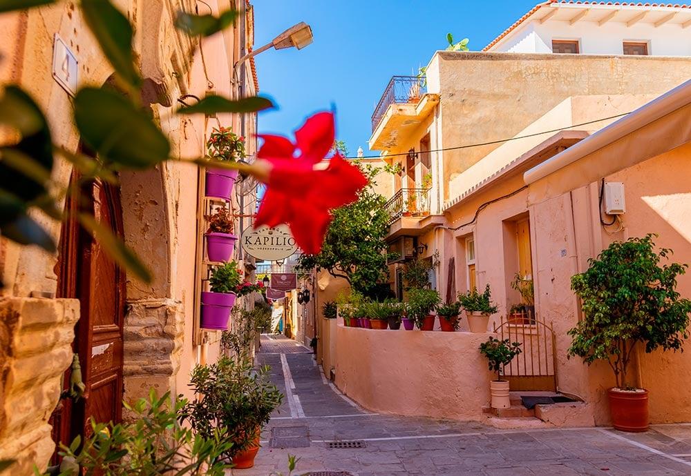 Vista desde abajado de una calle residencial tradicional en el casco antiguo de Rethymno en la isla de griega de Creta.