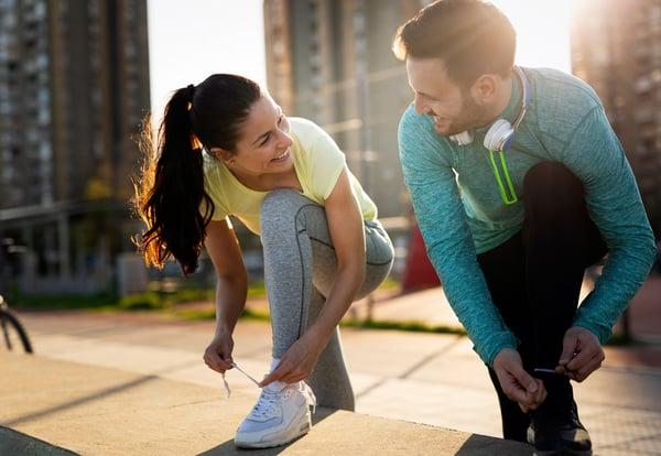 Do jóvenes felices se atan las zapatillas antes de correr.