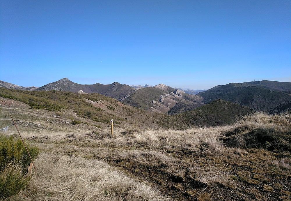 Ruta de senderismo por montaña.