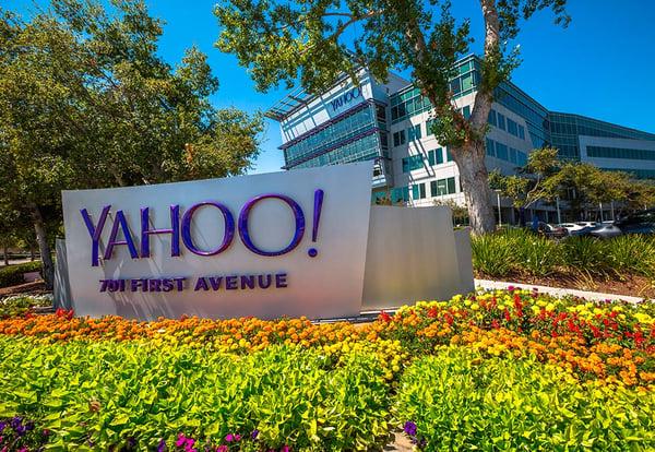 Letrero en primer plano y fachada en segundo de la sede de Yahoo! ubicada en California