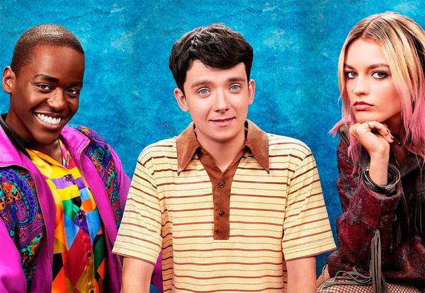 Protagonistas de la serie de Netflix Sex Education sobre fondo azul