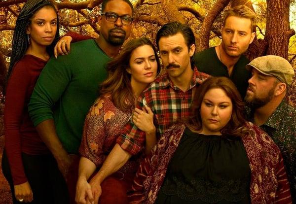 Cartel promocional de la serie This is Us en la que se ve a los principales protagonistas con árboles al fondo