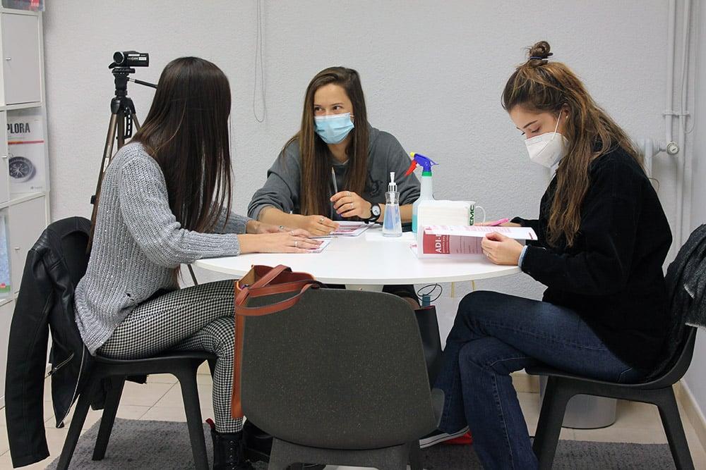 Un grupo de alumnas del Máster en Psicología Sanitaria en la Testeca de la UEMC.