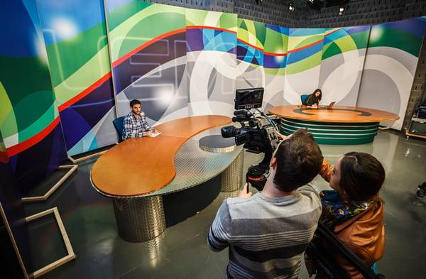 Estudiantes de la UEMC realizan prácticas  en el plató de televisión.