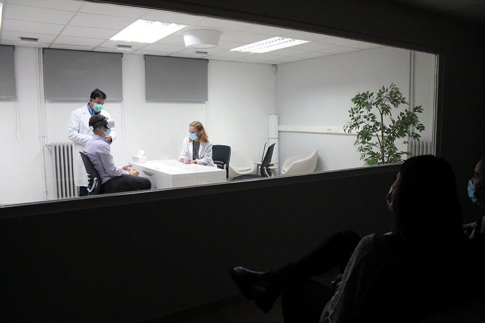 Alumnos del Máster en Psicología Sanitaria observan a través de un cristal un ejercicio práctico en la Cámara Gesell.