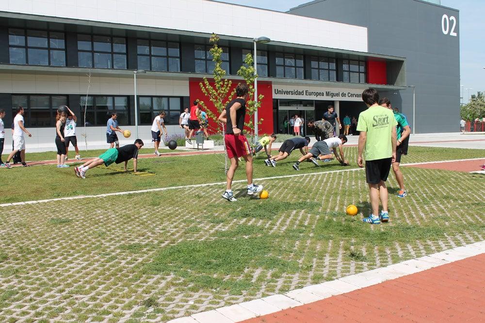 Estudiantes de CAFD realizan una serie de ejercicios en los exteriores del campus de la Universidad Europea Miguel de Cervantes