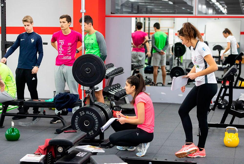 Un grupo de estudiantes practican distintos ejercicios en el gimnasio de la UEMC