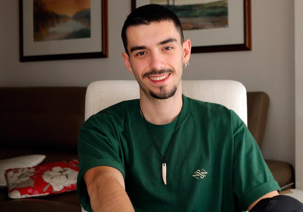 Alberto Magdaleno, estudiante del grado en Comunicación Audiovisual en la UEMC de Valladolid, posa en el salón de su casa durante el confinamiento.