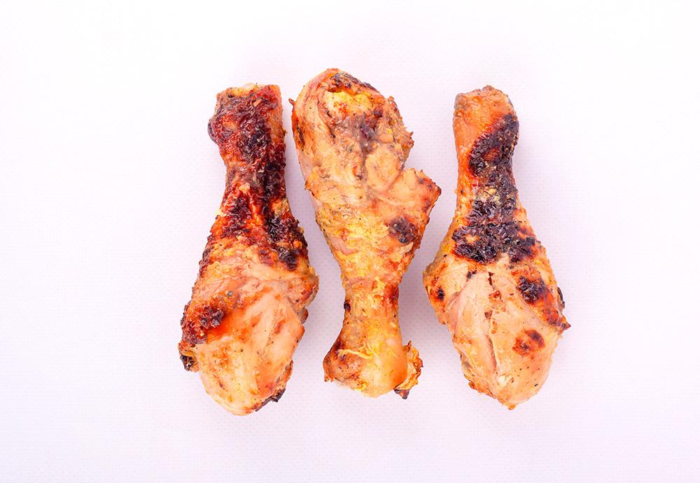 Tres muslos de pollo después de pasar por la parrilla