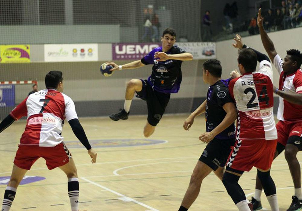 Un jugador del CD Balopal Palencia realiza un salto antes lanzar el balón durante un partido