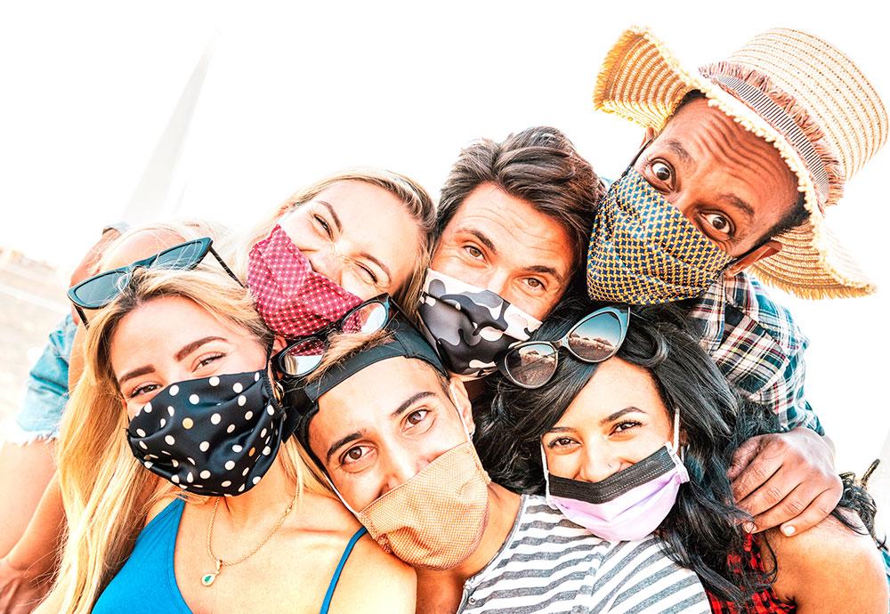 Un grupo de erasmus con mascarillas se hacen un selfie durante un viaje de Erasmus.