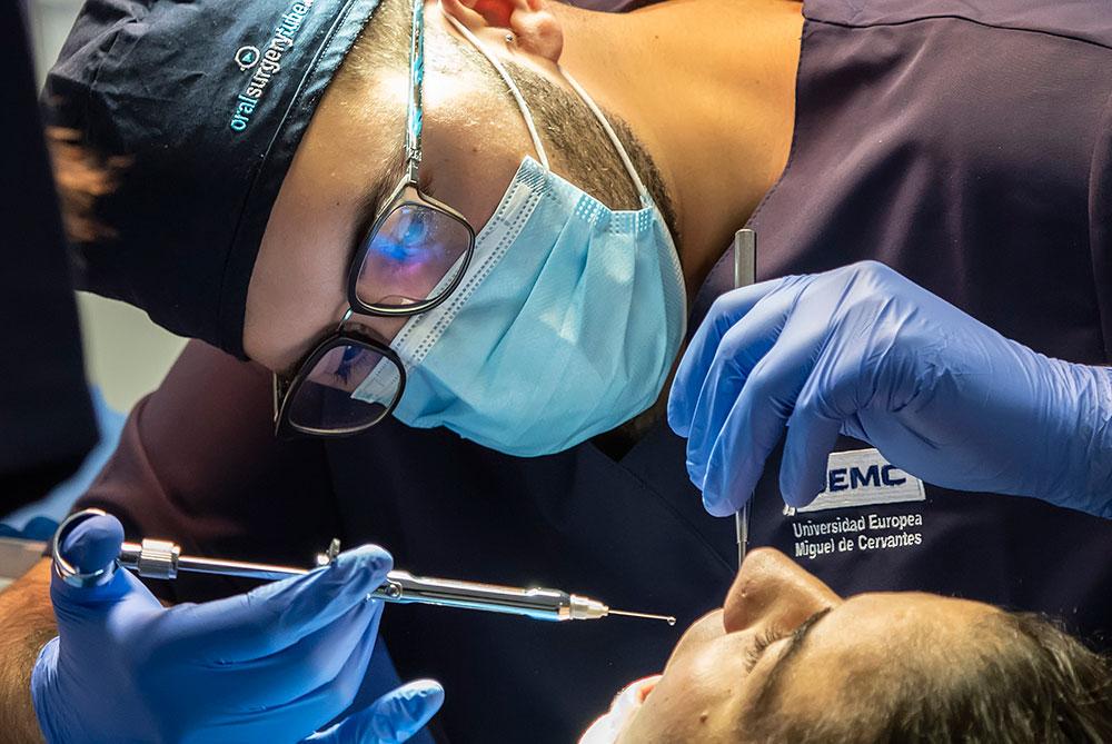 Estudiante de odontología de Valladolid realizando prácticas en la Clínica
