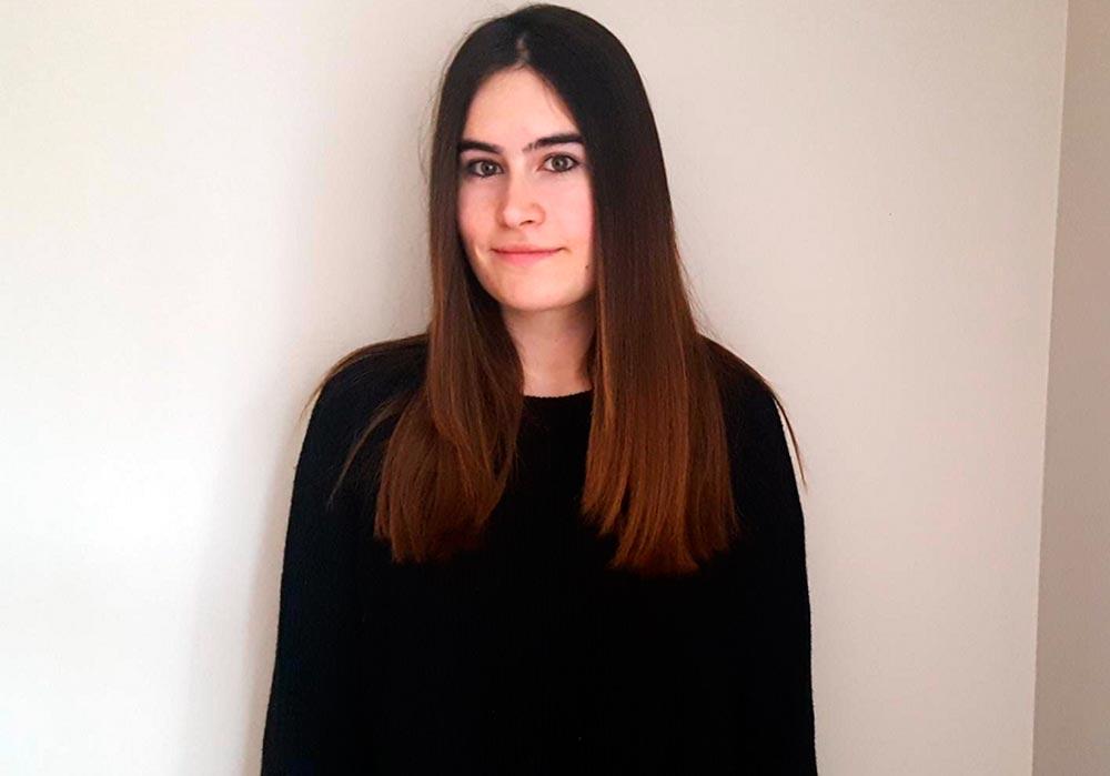 Lydia Rodríguez, estudiante del grado en Psicología de la UEMC, posa en su casa