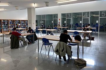 Alumnos estudiando en la biblioteca de la Universidad Europea Miguel de Cervantes