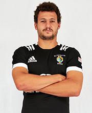 El jugador Miguel Lainz de brazos cruzados  y posando con la camiseta del Rugby Salvador