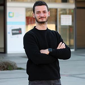 El profesor del grado en Nutrición de la UEMC Guillermo Casas delante del acceso al Edifico 02