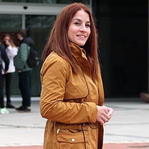 María Luisa Monroy, profesora del grado en Terapia Ocupacional delante del Campus de la UEMC
